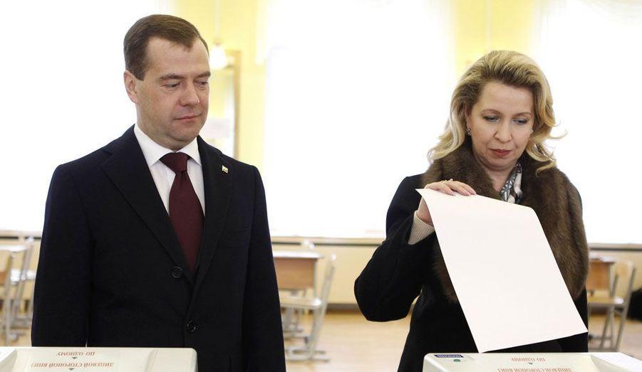 Dmitri Medvedev, le président russe pour encore quelques semaines, et sa femme Svetlana ont voté dimanche à l'élection présidentielle qui pourrait rouvrir les portes du Kremlin à Vladimir Poutine dès le premier tour.