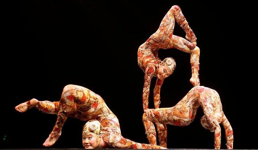 Les artistes du Cirque du Soleil sont à Madrid. Des contorsionnistes colorés participent ici au show Kooza.