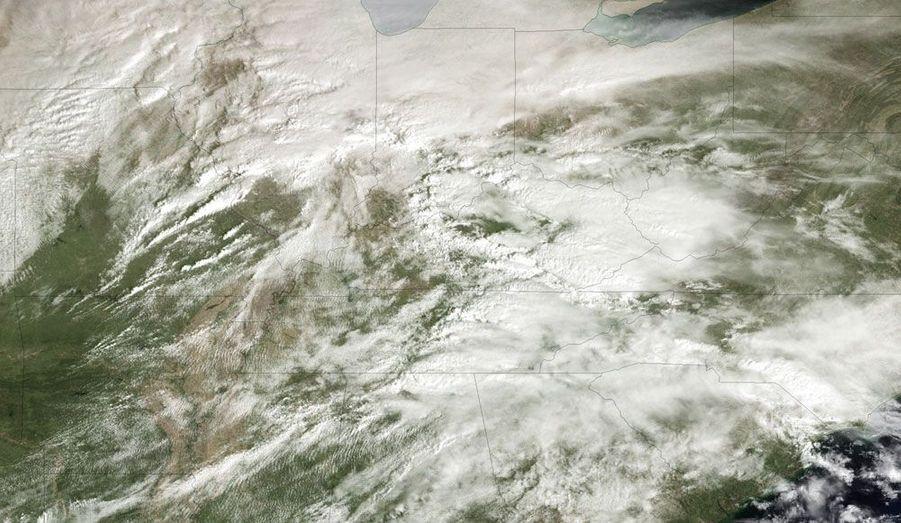 Sur cette image satellite, les Etats américains du Missouri, de l'Illinois, de l'Indiana, du Tennessee et du Kentucky sont recouvert d'une épaisse masse nuageuse. Vendredi, des tornades ont fait au moins 27 morts dans cette région centrale des Etats-Unis.