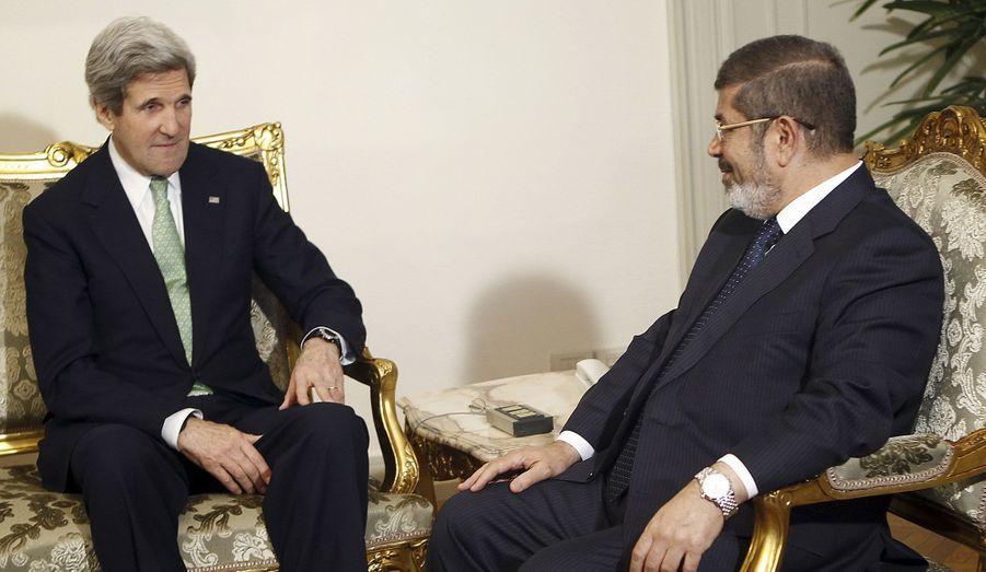 Le nouveau secrétaire d'Etat américain, John Kerry, a rencontré dimanche le président égyptien, Mohamed Morsi. L'Américain a encouragé les Egyptiens à s'accorder sur une série de réformes économiques exigées par le FMI pour autoriser le versement d'un important prêt.