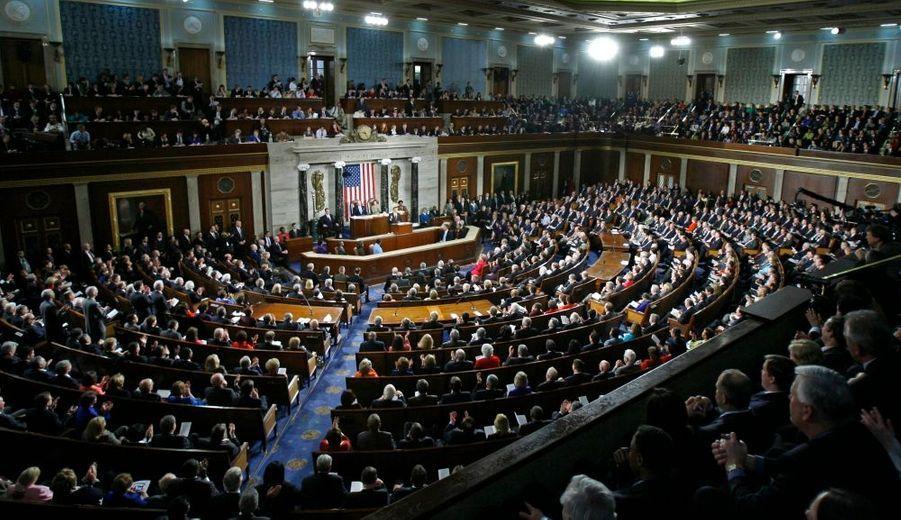 """Barack Obama a tenté de redonner espoir mardi soir lors de son premier discours de président devant le Sénat et la Chambre des représentants réunis, en affirmant que les Etats-Unis sortiraient de la crise """"plus forts qu'avant"""". """"Bien que notre économie puisse être affaiblie et notre confiance ébranlée, bien que nous traversions une période difficile et incertaine, ce soir je veux que chaque Américain sache ceci: Nous allons reconstruire, nous allons nous relever"""", a-t-il affirmé."""