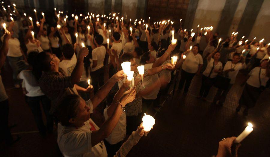 Des catholiques prient lors d'une veillée organisée à la basilique de Suyapa, à Tegucigalpa, au Honduras, pour le Pape Benoit XVI.