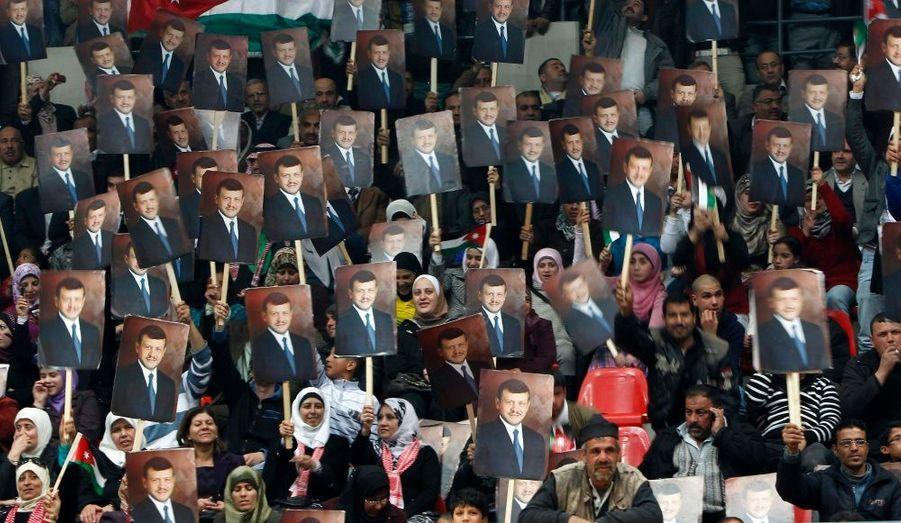 Des Jordaniens brandissent le portrait du roi Abdallah lors d'une manifestation à Amman, capitale jordanienne. Le pays est également touché par la vague de protestations qui touche actuellement le monde arabe.