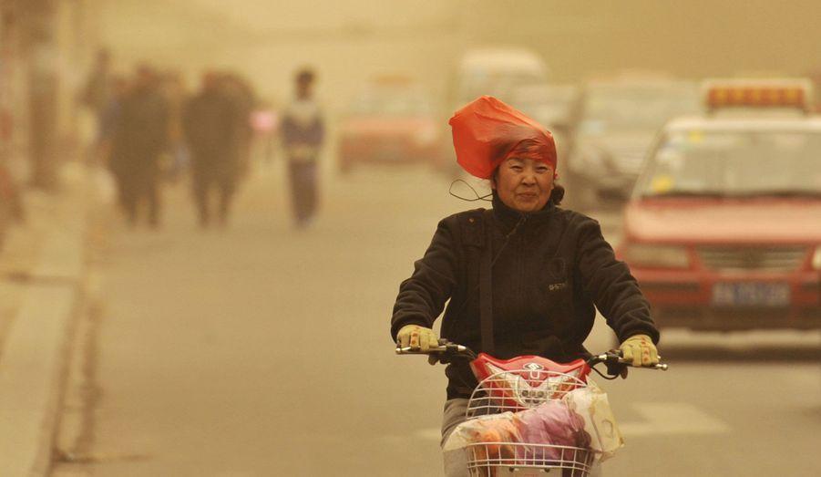 Pékin n'est pas la seule ville chinoise concernée par des niveaux de pollution dramatiques. A Taiyuan, dans la province du Shanxi, un brouillard dangereux se répand dans les rues de la ville.