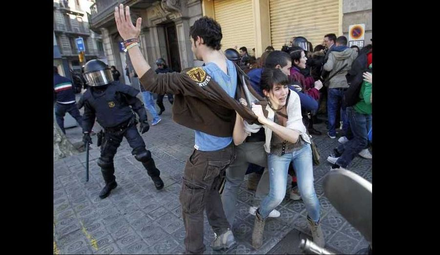 Une manifestation contre les réductions de dépenses dans l'enseignement public a dégénéré en affrontements entre jeunes et police mardi à Barcelone.