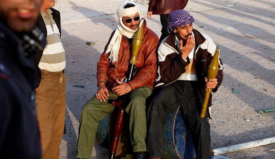 Deux anti-Kadhafi tiennent des lance-roquettes à un check point à Brega, ville de l'est de la Libye, contrôlée par les rebelles.