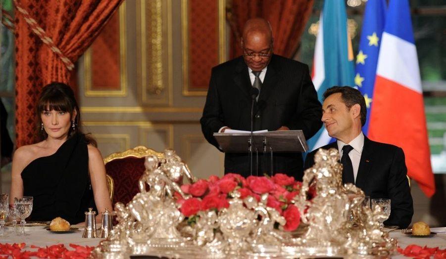 Nicolas Sarkozy regarde Carla Bruni, pendant le discours de Jacob Zuma. Le président Sud-africain était reçu hier soir à l'Élysée.