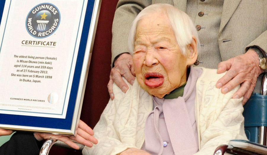 """Misao Ookawa, une Japonaise de 114 ans a été consacrée doyenne de l'humanité mercredi par l'institut Guinness World Records. Née d'une famille de marchands drapiers en 1898, elle vit à Osaka dans une maison de retraite, s'est mariée en 1919 et a trois enfants, quatre petits-enfants et six arrières-petits-enfants. Elle célébrera ses 115 ans le 5 mars. Misao Ookawa a reçu un certificat qui mentionne son titre de doyenne, s'est déclarée très heureuse, ajoutant se sentir """"bien"""". Elle a confié aux médias japonais n'avoir jamais souffert de maladie grave. Le Japon compte plus de 50.000 centenaires, d'après le recensement réalisé par le gouvernement l'an dernier, ce qui renforce la réputation de longévité des Japonais. Le doyen de l'humanité, Jiroemon Kimura, est également un Japonais âgé de 115 ans."""