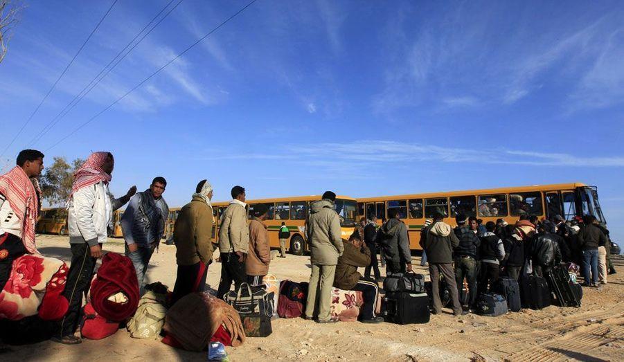Des réfugiés égyptiens près de la frontière entre la Tunisie et la Libye.