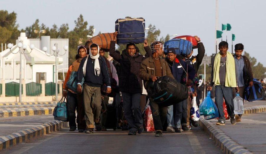 Des travailleurs étrangers fuyant la Libye, à la frontière tunisienne de Ras Jedir.
