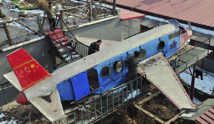 Li Jingchun, 58 ans, a travaillé deux ans de sa vie et dépensé 40 000 yuan (4700 euros) pour construire sur le toit de sa maison de Shenyang cette réplique d'avion à partir de plaques d'acier recyclées. L'appareil ne vole pas, mais il peut déjà accueillir des «passagers».