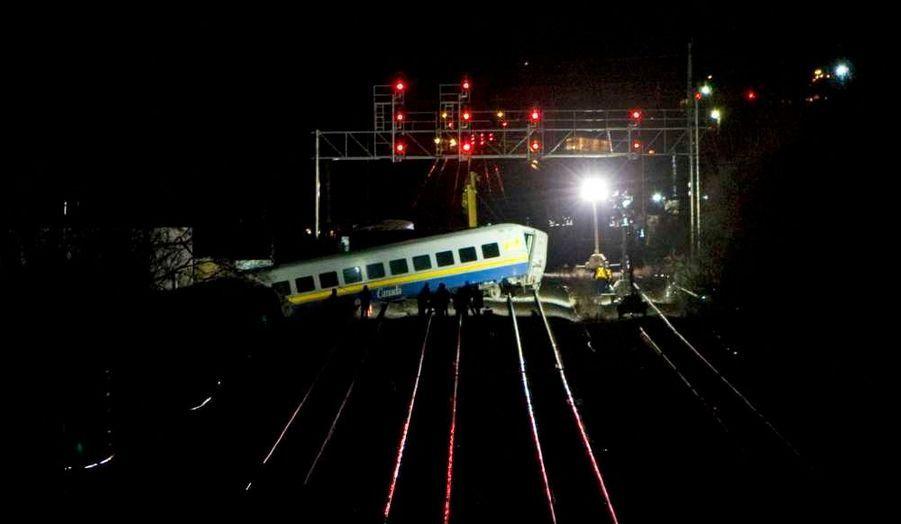 Le déraillement d'un train qui ralliait Niagara Falls à Toronto a fait au moins trois morts et plusieurs blessés dimanche à Burlington, dans la province canadienne de l'Ontario (est). L'accident a eu lieu vers 15h30 locales (20H30 GMT) lorsque deux wagons d'un train du transporteur public VIA Rail ont déraillé dans cette ville située à 60 kilomètres à l'ouest de Toronto.