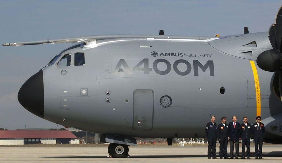 Le roi d'Espagne, Juan Carlos, entouré des pilotes de l'Airbus A400M sur la base de Torrejon de Ardoz.