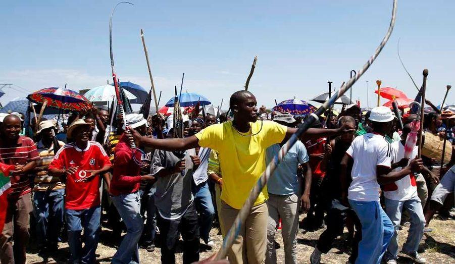 Les mineurs de la plus importante mine de platine d'Afrique du Sud, Impala Platinum à Rustenburg attendent un discours du chef suspendu des jeunes du Congrès national africain (ANC), Julius Malema, alors que le syndicat national des mineurs (NUM) les a exhorté d'accepter l'offre qui leur a été faire, quelques jours après les grosses manifestations qui ont abouti à quelque 350 arrestations et à de violentes échauffourées le 19 février.
