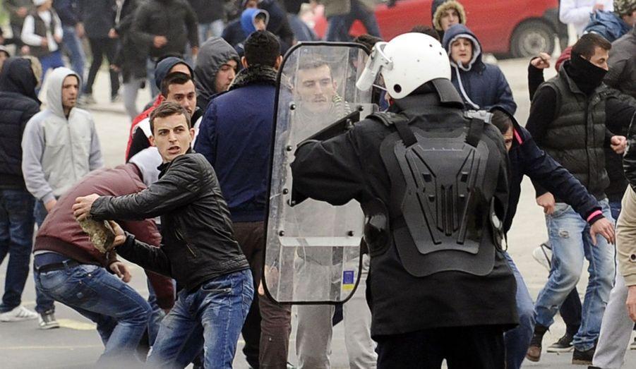 En Macédoine, à Skopje, la police affronte des membres de la minorité albanaise, qui manifestaient pour soutenir l'arrivée au gouvernement de Talat Xhaferi, un ancien chef de la guérilla albanaise.