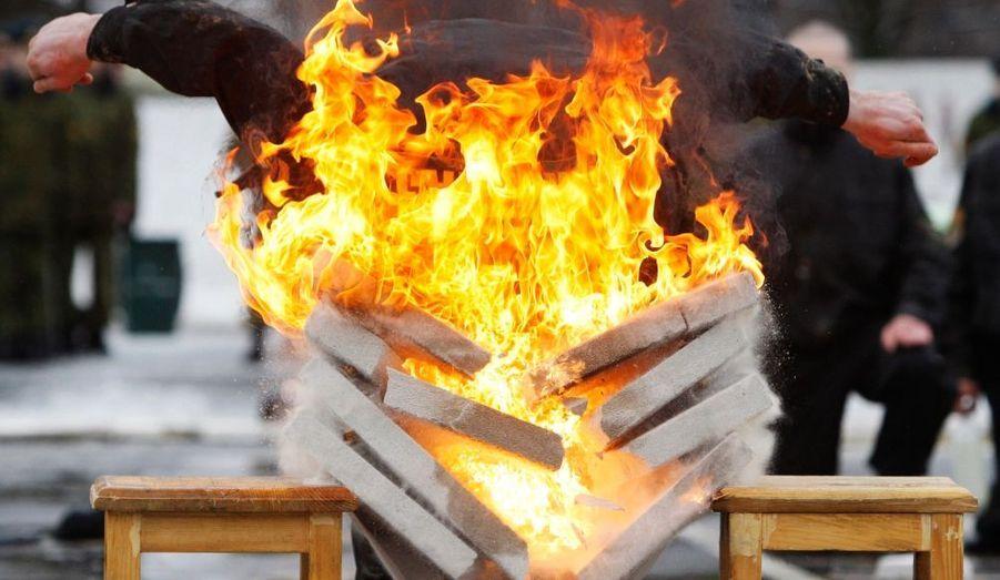 Un membre de l'Unité spéciale du ministère de l'Intérieur de Biélorussie fait une démonstration de force en cassant des briques enflammées, lors des célébrations de Maslenitsa - fête païenne marquant la fin de l'hiver - à Minsk.