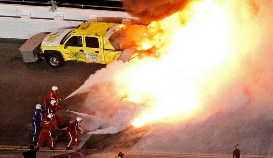 La voiture de Juan Pablo Montoya a pris feu lors des 500 miles de Daytona. Plus de peur que de mal pour le Colombien, sorti indemne de l'accident.