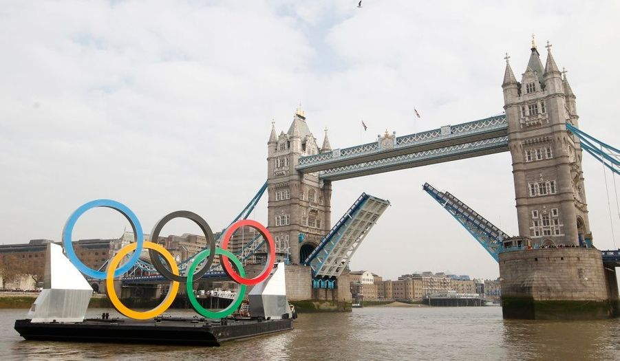 Les anneaux olympiques, traversant la Tamise en franchissant le Tower Bridge à Londres. Hauts de 11m et longs de 25 m, ils ont été présentés mardi, 150 jours avant l'ouverture des Jeux Olympiques d'été.