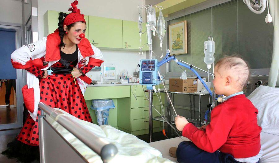 Regula Kaltenrieder, membre de l'association Theodora, rend visite aux enfants de l'unité d'oncologie de l'hôpital d'Insel, à Bern.