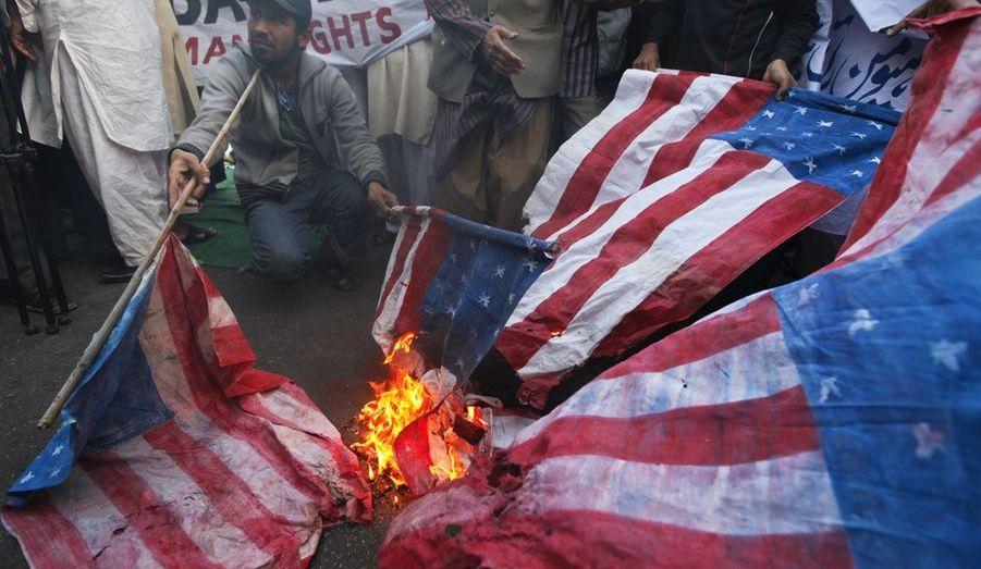 Un partisan du groupe «Human Rights Network» brûle un drapeau américain à Karachi. Ils étaient environ 20 manifestants à condamner et à protester contre l'incendie de plusieurs exemplaires du Coran, en Afghanistan. Selon eux, ce sont les troupes étrangères qui auraient commis cet acte.