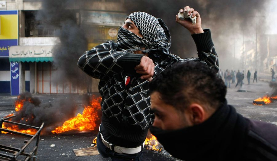 Un manifestant palestinien jette des pierres lors d'affrontements avec des soldats israéliens dans la ville d'Hébron, juste après les funérailles du prisonnier palestinien Arafat Jaradat. La mort de Jaradat dans une prison israélienne, samedi, et une grève de la faim de quatre autres détenus palestiniens ont soulevé des tensions dans les territoires occupés. Des affrontements entre les lanceurs de pierres et des soldats israéliens sont à déplorer ces derniers jours.