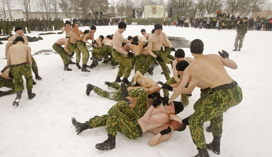 En Biélorussie, des membres des forces de l'ordre s'affrontent dans la neige pour célébrer Maslenitsa, la fin de l'hiver, sur une base à Minsk.