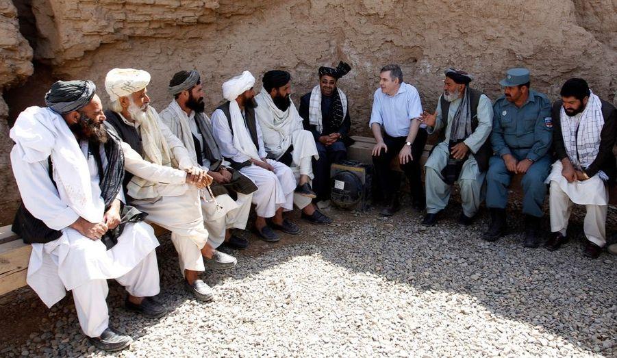 """Le Premier ministre britannique Gordon Brown était en Afghanistan samedi, sur un site récemment pris aux talibans.""""Nous faisons tout notre possible pour vous fournir l'équipement et les ressources dont vous avez besoin"""", a-t-il déclaré devant les soldats britanniques déployés au sud du pays, dans la province d'Helmand. """"Il est vraiment important de venir à ce stade pour constater les progrès réalisés au cours de cette opération, qui inaugure une nouvelle phase de l'action menée en Afghanistan"""", a-t-il estimé, s'adressant à la presse à son arrivée sur la base militaire de Camp Bastion. Cette visite intervient quelques mois avant les législatives en Grande-Bretagne, alors que la polémique quant au budget militaire enfle dans le pays."""
