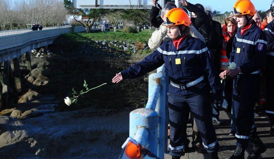 Plus de 1000 personnes se sont rassemblées hier à La Faute-sur-mer, un an après la tempête Xynthia et les inondations meurtrières qu'elle a provoquées. De nombreux hommages ont été rendus aux 53 personnes qui sont décédées dans la nuit du 27 au 28 février 2010.