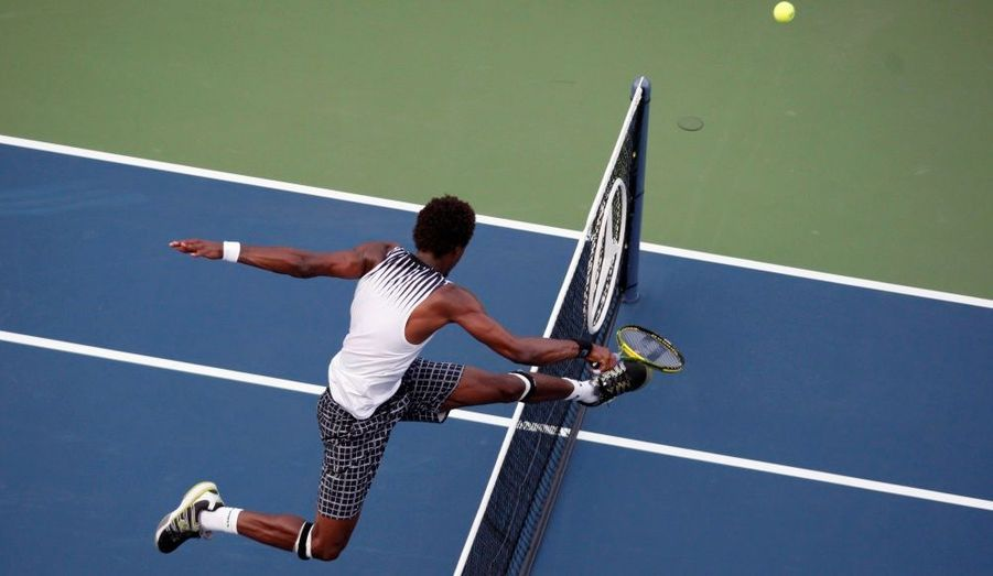 Gael Monfils (France) saute par-dessus le filet lors de son match contre Igor Andreev (Russie) au tournoi de l'US Open de tennis à New York, hier.