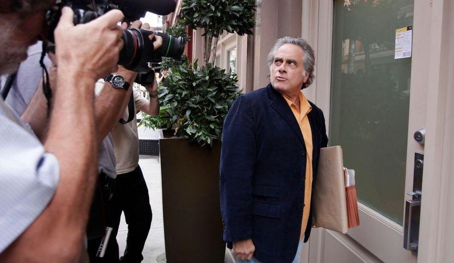 Benjamin Brafman, l'avocat de Dominique Strauss-Kahn, est suivi par les photographes alors qu'il s'apprête à entrer dans la maison de l'ancien directeur du FMI à New York.