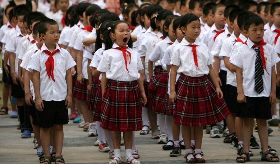 Les élèves assistent à une cérémonie marquant le premier jour de la rentrée dans une école primaire de Nanjing, dans la province du Jiangsu.