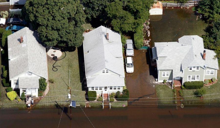 Barack Obama se rendra dimanche à Paterson, dans le New Jersey, pour évaluer les dégâts commis par le passage dévastateur, le week-end dernier, de l'ouragan Irene, a annoncé mercredi la Maison-Blanche. Selon l'Institut géologique national, une bonne partie de cet Etat, plus ceux de New York et du Vermont, ont subi de graves inondations après le passage de la dépression.Le ministère de l'Energie a indiqué de son côté que près de 1,72 million de foyers et d'entreprises restaient ce mercredi après-midi privés d'électricité.