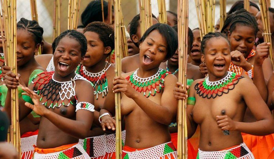 """Le roi Mswati III du Swaziland est actuellement à la recherche de sa… 14ème épouse. Il profite de l'annuelle """"Reed Dance"""" pour choisir parmi ces jeunes filles vierges qui aura l'honneur de rejoindre ses 13 autres femmes. Et en profite par la même occasion pour les présenter à la Reine mère."""
