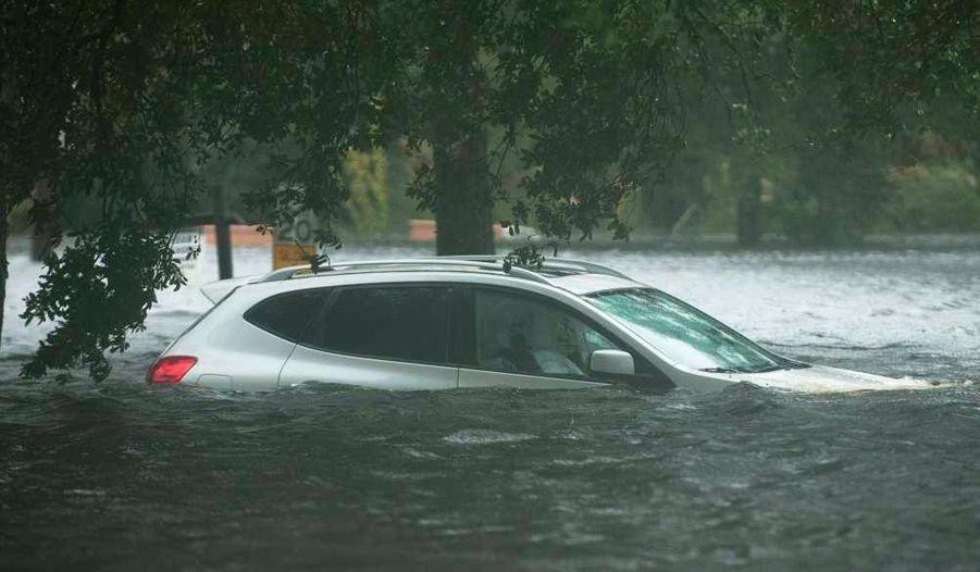 """Un véhicule submergé dans les eaux de crue de la Jourdan River Shores, alors que l'ouragan Isaac traverse Kiln, dans le Mississippi. L'ouragan Isaac a été rétrogradé mercredi au niveau d'une tempête tropicale en approchant de la Louisiane, a annoncé le Centre de surveillance des ouragans (NHC). Ce dernier appelle toutefois à continuer de se méfier des """"montées des eaux et des inondations""""."""