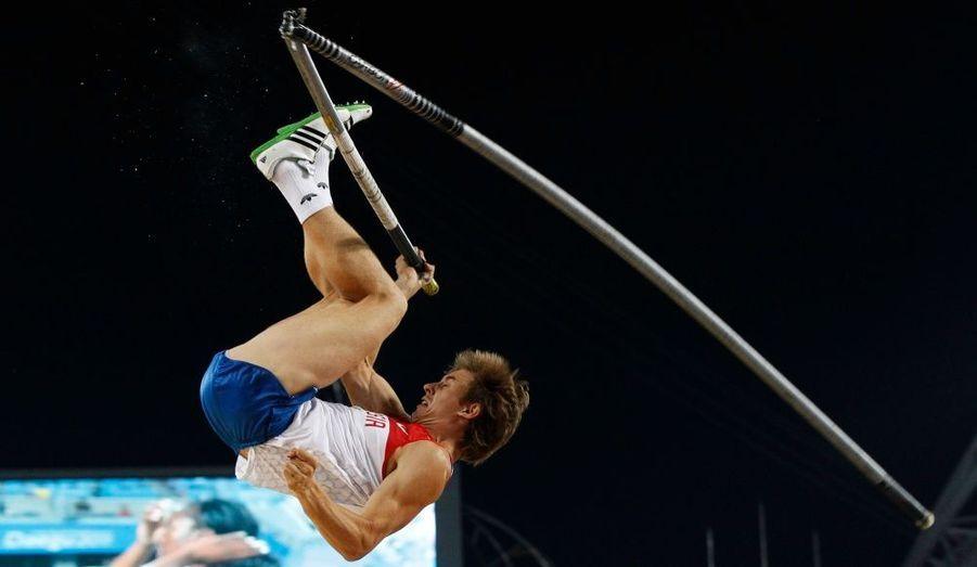 La perche de l'athlète russe Dmitry Starodubtsev s'est brisée alors qu'il allait sauter hier, aux championnats du monde d'athlétisme, à Daegu, en Corée du Sud.