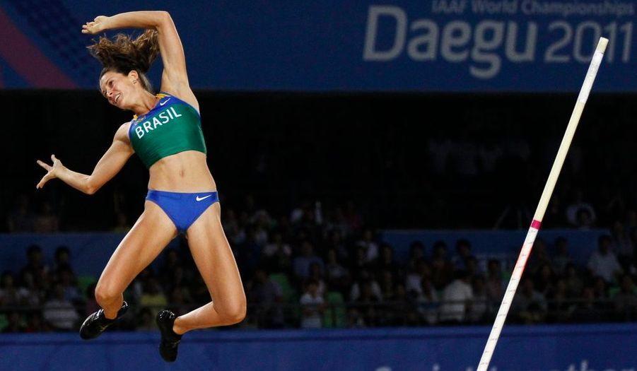 La Brésilienne Fabiana Murer célèbre sa victoire aux championnats du monde d'athlétisme, à Daegu, en Corée du Sud. Elle a réussi à passer 4,85m hier.