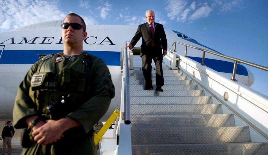 Au lendemain de la fin officielle des opérations de combat américaines en Irak, le secrétaire à la Défense Robert Gates est arrivé mercredi matin dans le pays. Il doit assister à une cérémonie à Bagdad lors de laquelle le commandant des forces américaines en Irak, le général Raymond Odierno, transmettra ses fonctions à son successeur, le général Lloyd Austin. Barack Obama a formellement annoncé mardi soir la fin des opérations de combat en Irak. Le contingent américain n'y est plus que de 50 000 hommes, chargés pour l'essentiel de missions de formation auprès de l'armée et de la police irakiennes.