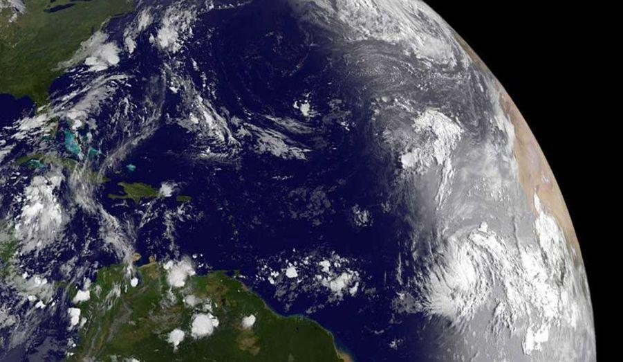 """Le cyclone Katia est devenu le deuxième ouragan de la saison dans l'Atlantique, a annoncé mercredi le Centre américain de veille cyclonique (NHC). A 5 heures, Katia était à environ 1.875 km à l'est des îles Leeward, dans les Caraïbes, poussée par des vents allant jusqu'à 120 km/h.""""Katia est un ouragan de catégorie un sur l'échelle des ouragans de Saffir-Simpson (qui compte cinq niveaux, ndlr). Un renforcement supplémentaire est prévu dans les prochaines 48 heures et Katia pourrait devenir un ouragan majeur d'ici le week-end"""", dit le NHC dans un communiqué. Il est trop tôt pour dire si cet ouragan, qui progresse dans une direction ouest-nord-ouest, menacera les terres."""
