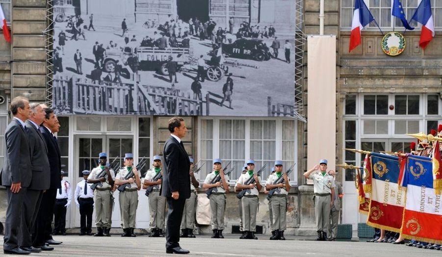 """Le 25 août 1944, il y a tout juste 65 ans, Paris était libéré de l'occupant allemand par la 2e DB. Nicolas Sarkozy a célébré cet anniversaire à la préfecture de police de Paris (PP) qui s'était alors soulevée. Il a salué """"ce sursaut d'intelligence et de volonté collectives, cette ambition farouche de penser et de construire l'avenir pour qu'il redevienne une promesse"""", qui a permis la Libération. Le président a appelé """"à se montrer digne de cet héritage""""."""
