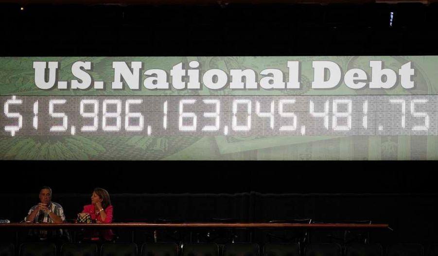 La dette nationale américaine est affichée sur une horloge géante, à Tampa ou doit s'ouvrir la convention républicaine, pour symboliser l'urgence de relever l'économie du pays.