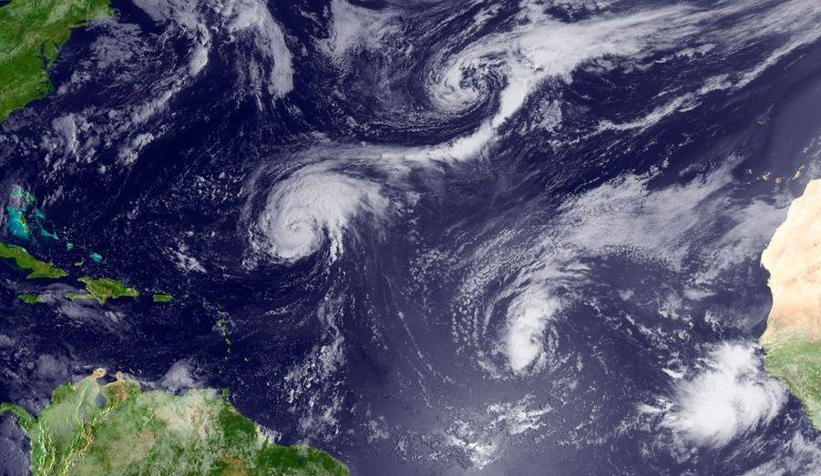 L'ouragan Earl se renforçait toujours dimanche au large des Caraïbes, passant en catégorie 2, a signalé le centre américain de veille cyclonique (NHC). Assorti de rafales de vent mesurées à près de 160 km/h, Earl n'était plus dimanche soir qu'à 215 km à l'est de l'île française de Saint-Martin. Il se dirige en direction de l'Ouest-Nord-Ouest à la vitesse de 24 km/h. Des alertes sont en vigueur dans les Îles Sous-Le-Vent pour les 24 prochaines heures. Antigua, Saint-Kitts-et-Nevis, Anguilla, les Îles Vierges Britanniques, Saint-Martin et Saint-Barthélémy sont notamment concernées.