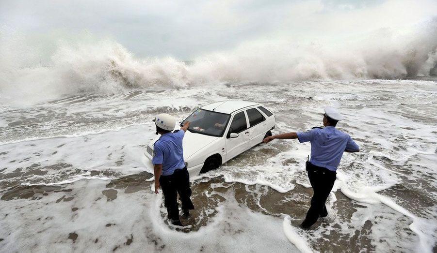 A Qingdao, en Chine, le typhon Bolaven produit d'énormes vagues et provoque des inondations catastrophiques.