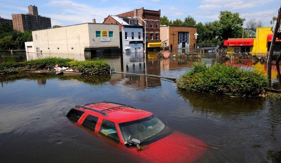 Dans le New Jersey (ici dans la ville de Paterson), les inondations causées par le passage de l'ouragan Irène ne se sont pas encore retirées.