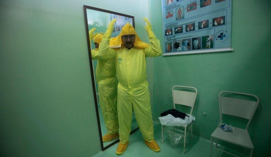 L'employé d'un centre d'imagerie médicale utilisant des produits radioactifs se prépare à aider une fausse victime lors d'une simulation, à Angra dos Reis, à 240 kilomètres de Rio de Janeiro.