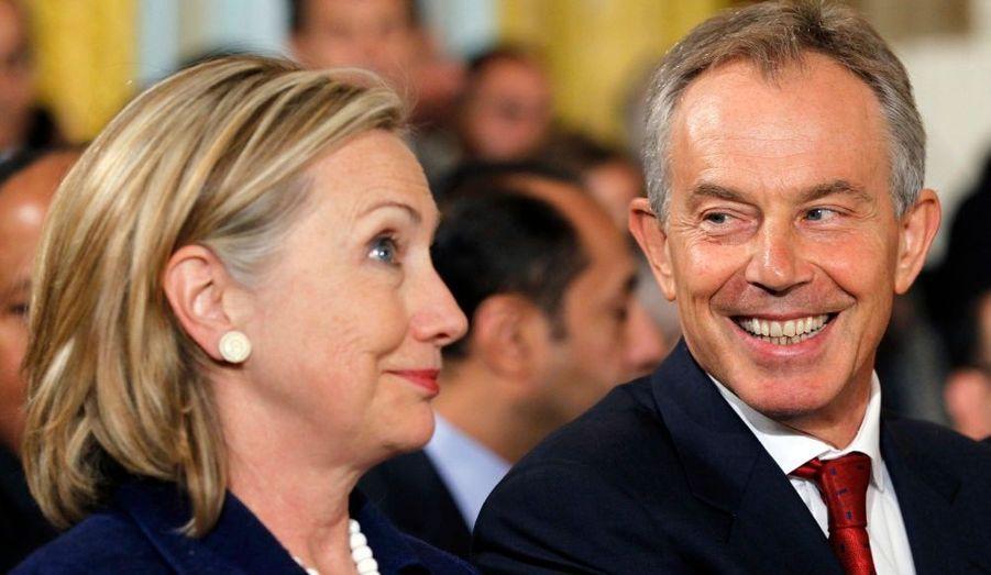 La Secrétaire d'Etat américaine Hillary Clinton parle avec l'ancien Premier ministre britannique Tony Blair, réunis hier pour une déclaration commune sur les négociations de paix au Moyen-Orient à la Maison Blanche de Washington.