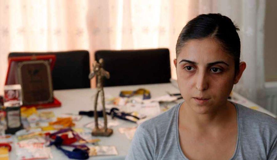 Nuran Unal, l'épouse du cameraman turc Cuneyt Unal, porté disparu depuis la semaine dernière alors qu'il effectuait un reportage en Syrie, lors d'une interview accordée à Reuters. Son mari, qui travaille pour la chaîne de télévision Al Hurra, est apparu lundi dans une vidéo diffusée par la télévision d'Etat syrienne dans laquelle il affirme avoir été enlevé par des soldats de l'armée régulière à Alep. Dans cette vidéo diffusée par Al Ikhbariya et reprise par les médias turcs lundi, le journaliste semble être en bonne santé quoique présentant quelques signes de fatigue et de nervosité.