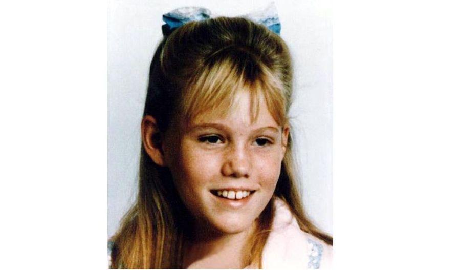 """Kidnappée en 1991 alors qu'elle n'avait que 11 ans, une Californienne s'est présentée mercredi dans un commissariat de police, ont annoncé les autorités, et le couple soupçonné de son enlèvement aurait été arrêté. Aujourd'hui âgée de 29 ans, Jaycee Dugard avait été enlevée près de sa maison de South Lake Tahoe le 10 juin 1991 par deux personnes circulant à bord d'une voiture grise. """"C'est tout à fait spectaculaire de retrouver quelqu'un comme cela, quelqu'un que nous pensions mort"""", a dit Bill Clark, premier adjoint du district attorney du comté d'El Dorado, vaste territoire à l'est de Sacramento qui court jusqu'à la Sierra Nevada et au lac Tahoe."""