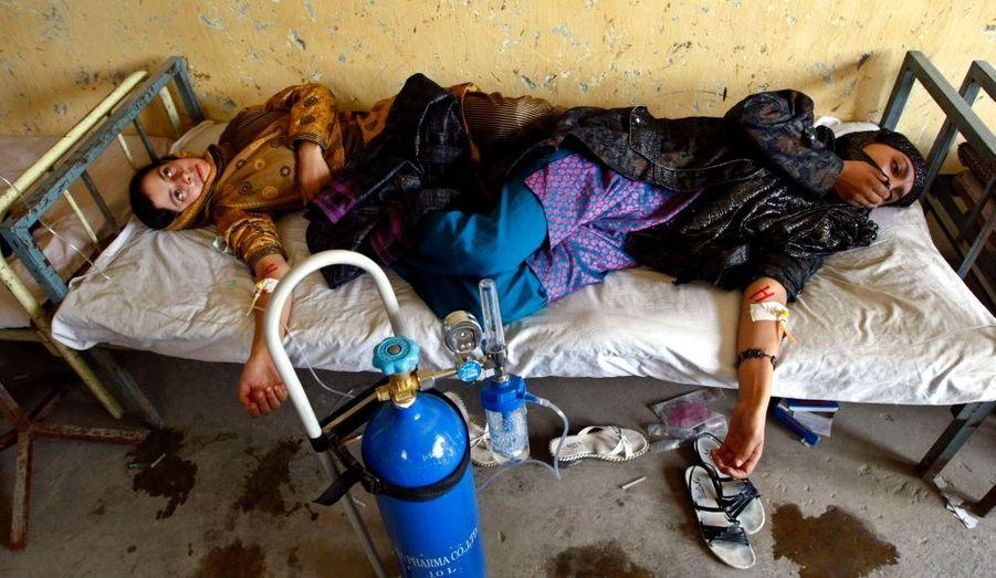 Des élèves afghanes sont soignées dans un hôpital. Sept jeunes filles ont été empoisonnées samedi par une attaque au gaz dans une école à l'Est de Kaboul.