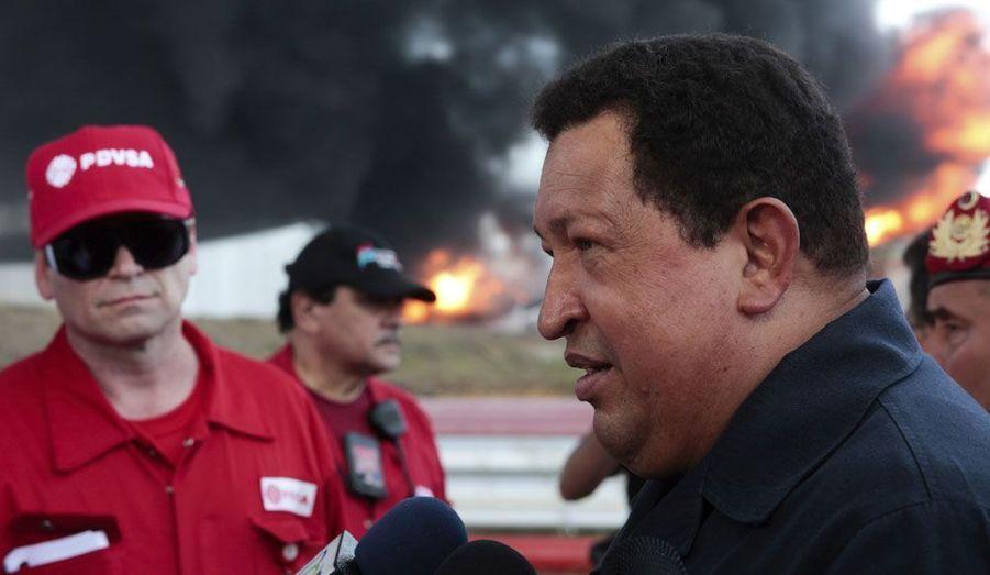 Hugo Chavez s'est rendu dimanche sur le site d'une raffinerie à Punto Fijo, au Venezuela, où un important incendie s'est déclaré. Le feu est parti dans deux réservoirs de pétrole.