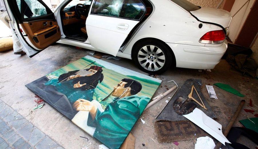 Un portrait de Mouammar Kadhafi en compagnie de sa mère à été retrouvé au domicile de son fils Hannibal par les rebelles.